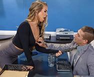 Секс страстной сексуальной секретарши с молодым боссом на столе - 1