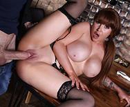 Трах аппетитной сексуальной официантки с парнем на столе - 3