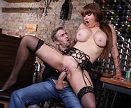 Трах аппетитной сексуальной официантки с парнем на столе - 4