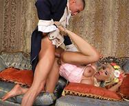 Анал грудастой блондинки со своим подданным - 5