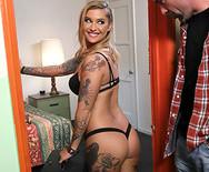 Трах татуированной сексуальной шатенки с развратным соседом - 1