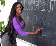 Межрассовый секс горячей темнокожей училки в чулках со студентом на столе - 1