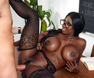 Межрассовый секс горячей темнокожей училки в чулках со студентом на столе - 4