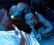 Порно с грудастой брюнеткой в гараже - 2