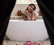 Межрассовое порно развратной татуированной азиатки с негром - 1