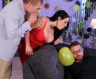 Секс привлекательной брюнетки на вечеринке с братом мужа - 2
