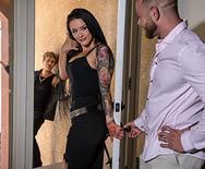 Страстный секс с горячей татуированной брюнеткой - 5