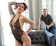Анальный секс татуированной сексуальной красноволосой телки с соседом на диване - 1