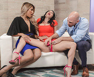 Секс втроем двух опытных сексуальных телок с лысым самцом - 2