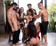 Страстный групповой секс горячих проституток с накаченными мужиками у бассейна - 1