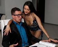 Порно молоденькой брюнетки студентки с репетитором на столе - 2