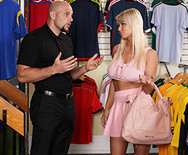 Жесткий трах сексуальной блондинки с продавцом в магазине - 1