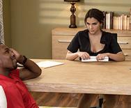 Межрассовый анальный секс шикарной молоденькой брюнетки с негром на столе - 1