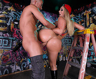 Анальный секс аппетитной сексуальной блондинки с парнем на улице - 4