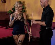 Жесткое порно худой татуированной красотки с барменом на столе - 2