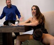 Секс измена сексуальной брюнетки с соседом на диване - 2