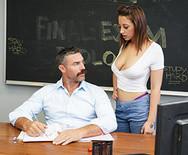 Секс молоденькой возбужденной студентки с преподавателем на столе - 1