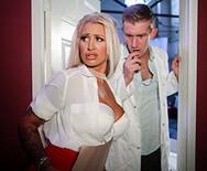 Порно сексуальной грудастой медсестры с пошлым хахалем - 1