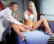 Порно сексуальной грудастой медсестры с пошлым хахалем - 2