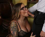 Порно аппетитной возбужденной шатенки начальницы с чуваком в офисе - 2