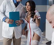 Страстное порно пышной жопастой медсестры с накаченным доктором - 1