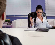 Жесткий трах молодой роскошной брюнетки в чулках с парнем в офисе - 1