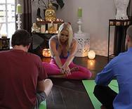 Порно опытной сексуальной спортивной телки с юным извращенцем в спортзале - 1