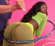 Межрассовый секс молоденькой стройной негритянки с мужиком в спортзале - 1