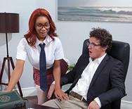 Секс молоденькой милой негритянки студентки с преподавателем на столе - 1