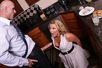 Жаркий секс потрясающей блондинки с лысым на кухне