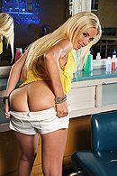 Жаркий секс потрясающей блондинки с лысым на кухне #3