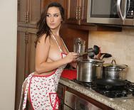 Трах молоденькой стройной шикарной брюнетки с баром на кухне - 2