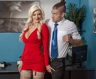 Трах зрелой сексуальной блондинки с молодым самцом в офисе - 1