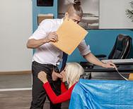 Трах зрелой сексуальной блондинки с молодым самцом в офисе - 2