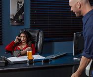 Порно молодой развратной брюнетки начальницы с накаченным уборщиком в офисе - 2