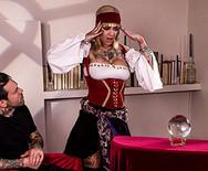 Анальный трах татуированной блондинки с накаченным самцом на столе - 1