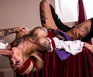 Анальный трах татуированной блондинки с накаченным самцом на столе - 2