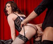 Жесткий анал сексуальной брюнетки с мужиком на сцене - 3