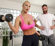 Порно спортивной сексуальной блондинки с настоящим мужиком в спортзале - 1