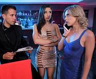 Порно в туалете клуба молоденькой брюнетки с охранником - 1