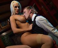 Анал развратной длинноногой блондинки с молодым ебарем на диване - 2