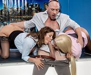 Секс втроем сексуальных телок с мужиком на телестудии - 3