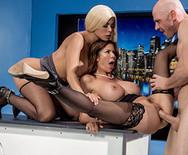 Секс втроем сексуальных телок с мужиком на телестудии - 5