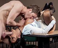 Жесткое анальное порно пышной грудастой брюнетки с полицейским на столе - 3