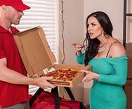 Горячий секс шикарной зрелой брюнетки с накаченным доставщиком пиццы - 2
