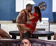 Секс измена шикарной стройной брюнетки с другом мужа на кухне - 3