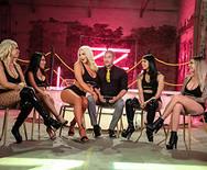 Групповое порно роскошных телок с мужиками в ночном клубе - 1