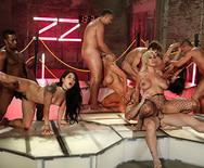 Групповое порно роскошных телок с мужиками в ночном клубе - 3