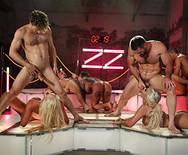 Групповое порно роскошных телок с мужиками в ночном клубе - 5