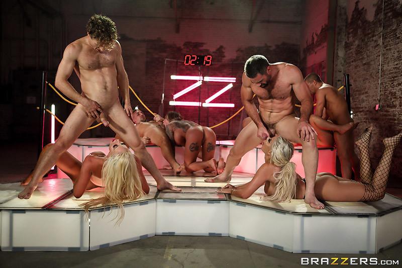 Смотреть, групповое порно ночной клуб